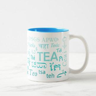 Chá em cada caneca da língua no azul