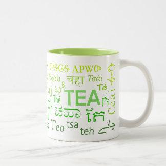 Chá em cada caneca da língua no verde