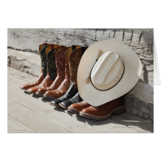 Chapéu de vaqueiro na fileira de botas de vaqueiro cartão comemorativo