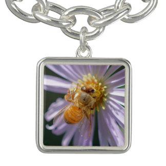 Charm Bracelets Abelha do ouro em uma flor branca