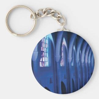 Chaveiro a luz entra na igreja escura