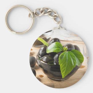 Chaveiro Azeitonas pretas em uma mesa e em copos do vidro