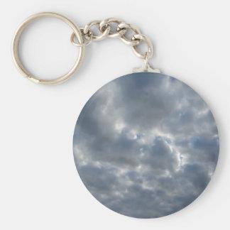 Chaveiro Céu morno com as nuvens de cúmulo-nimbo dos