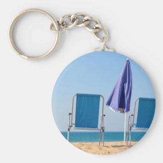 Chaveiro Dois cadeiras e parasóis azuis de praia em sea.JPG
