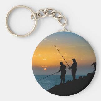 Chaveiro Dois homens que pescam na costa