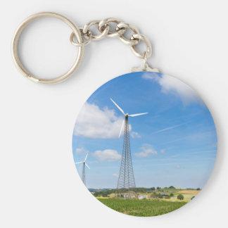 Chaveiro Dois moinhos de vento na área rural com céu azul
