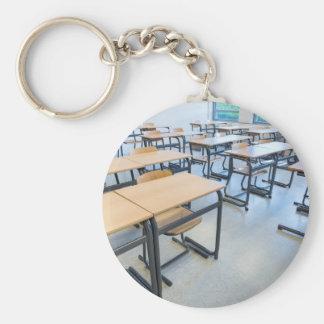 Chaveiro Fileiras das mesas e das cadeiras na sala de aula