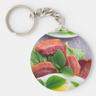 Chaveiro Gema, bacon fritado, ervas e fim-acima da alface