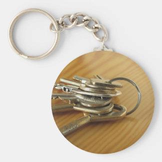 Chaveiro Grupo de chaves gastas da casa na mesa de madeira