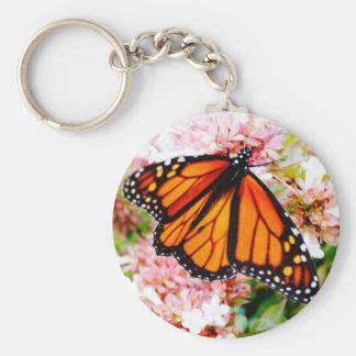 Chaveiro Monarca alaranjado em flores cor-de-rosa