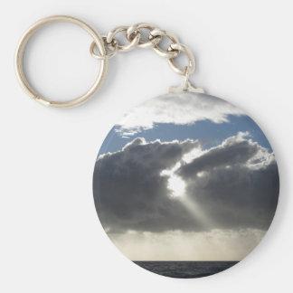 Chaveiro O céu com as nuvens e o sol de cúmulo-nimbo dos