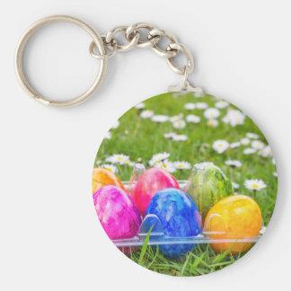 Chaveiro Ovos da páscoa pintados coloridos na grama com