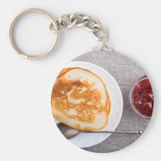 Chaveiro Panquecas e um copo de vidro com doce de morango