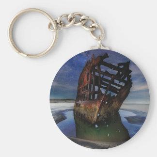 Chaveiro Shipwreck de Peter Iredale sob o céu nocturno