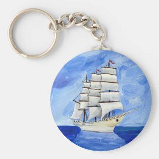 Chaveiro veleiro branco no mar azul