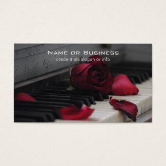 Chaves do piano com uma rosa vermelha cartão de visitas