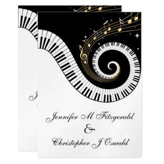 Chaves do piano e notas musicais douradas que convite 12.7 x 17.78cm