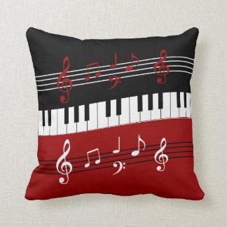 Chaves e notas brancas pretas vermelhas à moda do travesseiro