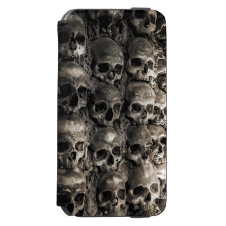 Cheio da parede dos crânios e dos ossos na capela capa carteira incipio watson™ para iPhone 6