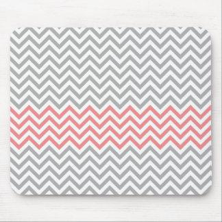 Chevron cinzento, branco e coral mouse pad