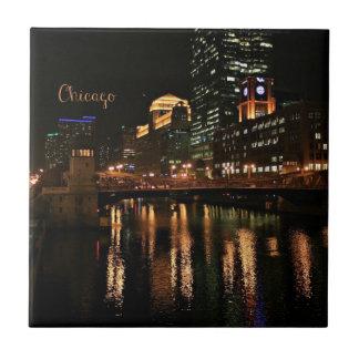 Chicago na arquitectura da cidade da noite