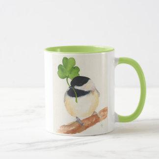 Chickadee com a caneca de café afortunada do trevo