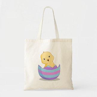 Chicky em um bolsa da páscoa do ovo da páscoa