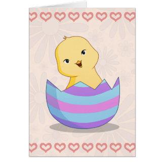 Chicky em um cartão de felz pascoa do ovo da