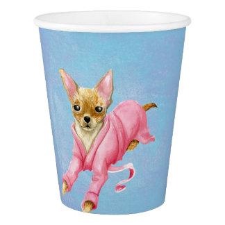 Chihuahua nos copos de papel de um cão do Bathrobe