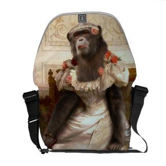 Chimpanzé bonito no vestido bolsas mensageiro