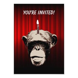 Chimpanzé engraçado no convite de aniversário dos convite 12.7 x 17.78cm