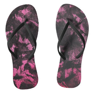 Chinelos De tinta preta no fundo cor-de-rosa