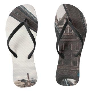 Chinelos Flip-flops caracterizados ponte da torre