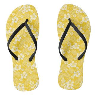 Chinelos havaianos amarelos da luz de vela