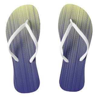 Chinelos Marinho e linha amarela teste padrão do inclinação
