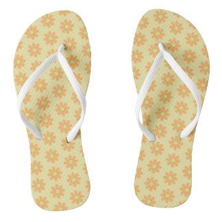 Chinelos O amarelo alaranjado floresce flip-flops