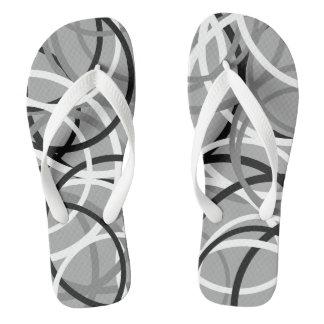 Chinelos pretos/brancos/cinzentos do teste padrão