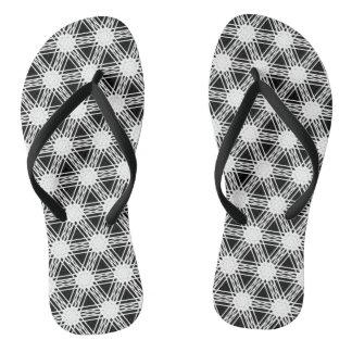 Chinelos Teste padrão preto e branco do caleidoscópio do