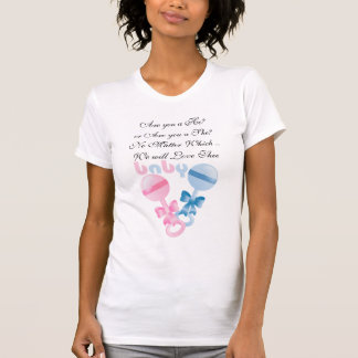 Chocalhos do rosa e do azul que esperam o t-shirt