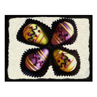 Chocolates do ovo da páscoa cartão postal
