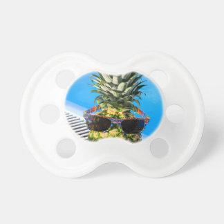 Chupeta Abacaxi que veste óculos de sol na piscina