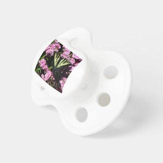 Chupeta Borboleta de Swallowtail em flores cor-de-rosa