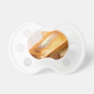 Chupeta Brinde quente com manteiga em um fim-acima branco