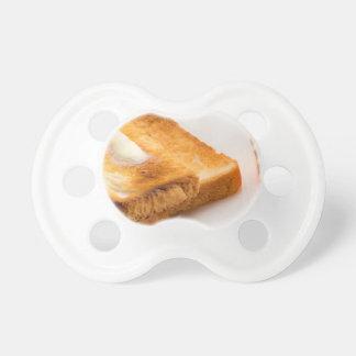 Chupeta Brinde quente com manteiga em uma placa branca