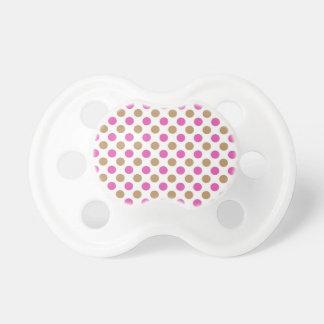 Chupeta Brown e teste padrão de bolinhas cor-de-rosa