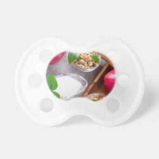 Chupeta Cereal com nozes e passas, yogurt e maçãs