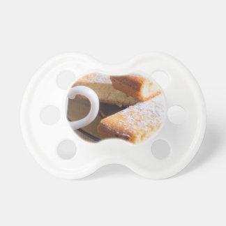 Chupeta Chá e uma placa de biscoitos frescos