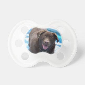Chupeta Chocolate Labrador que tem o divertimento em uma