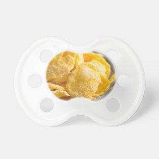 Chupeta Cornflakes em um close up transparente da bacia