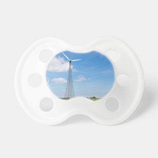 Chupeta Dois moinhos de vento na área rural com céu azul